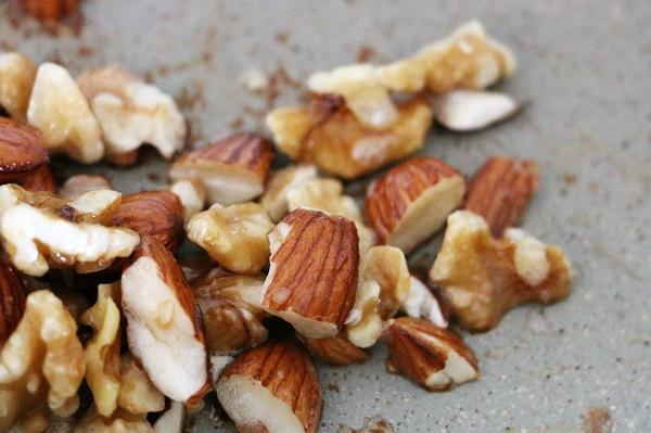 אגוזים מוקפצים בשמן קוקוס