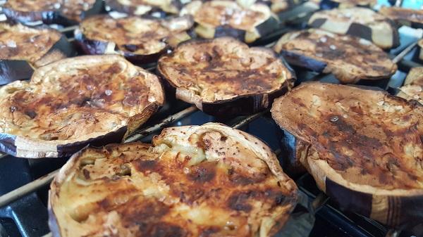 פרוסות חציל קלוי אירוח בסטייל