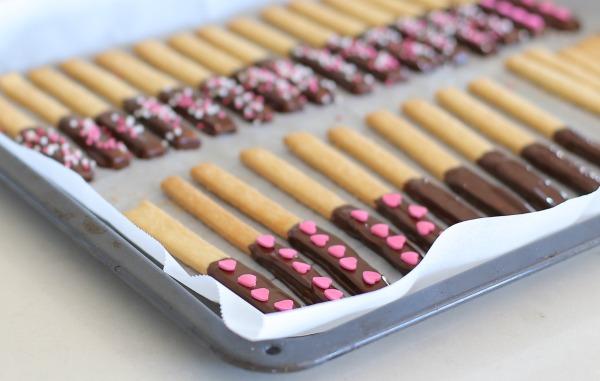מקלות שוקולד מקושטים בלבבות - הבלוג של אשת סטייל EshetStyle (צילום: טליה הדר)
