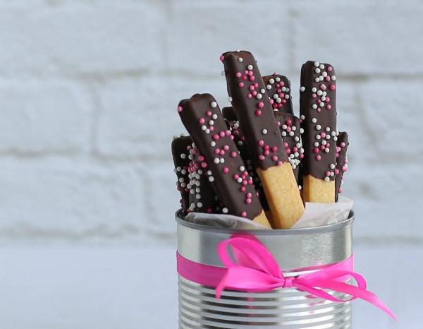 מקלות עוגיה מצופים בשוקולד מבצק מוכן - בקלות ובזריזות - הבלוג של אשת סטייל EshetStyle (צילום: טליה הדר)