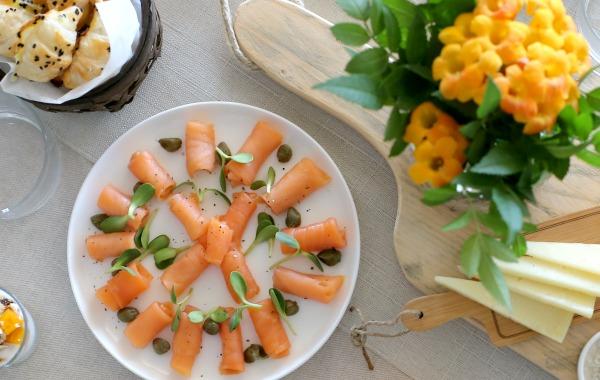 מה להגיש בארוחת בוקר_סלמון מעושן_רעיונות לארוחת בןקר בסטייל (EshetStyle צילום טליה הדר)