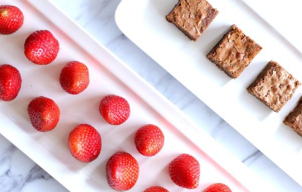 תותים מצופים בשוקולד_איך להכין בקלות_רעיון לקינוח קל ומרשים_הבלוג של אשת סטייל EshetStyle.com (צילום: טליה הדר)