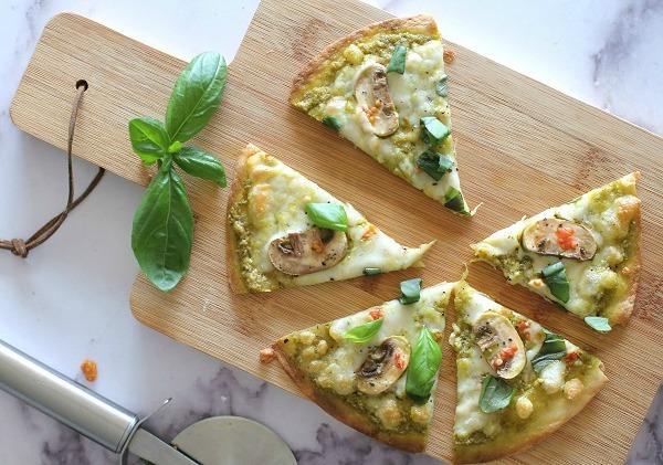פיצה ביתית עם פסטו ופטריות_מנה מושלמת בעשר דקות_אירוח בסטייל (צילום: טליה הדר)