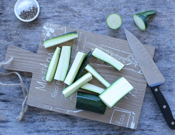 איך לחתוך זוקיני למקלות_זוקיני מופקץ במחבת עם שמן זית ושקדים_הבלוג של אשת סטייל (צילום: טליה הדר)