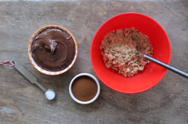 איך ליצור תחתית עוגתית טעימה למוס בשתי דקות בלי אפיה ובלי מעבד מזון_אירוח בסטייל_צילום: טליה הדר