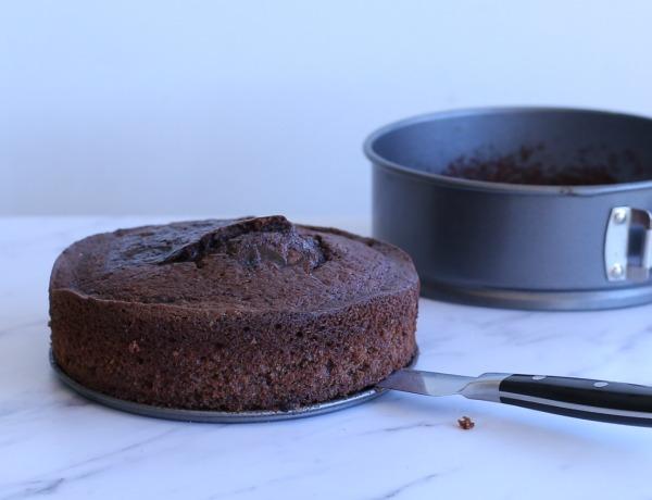 איך להעביר עוגה מהתבנית לצלחת הגשה בלי שתתפרק_אשת סטייל (צילום: טליה הדר)