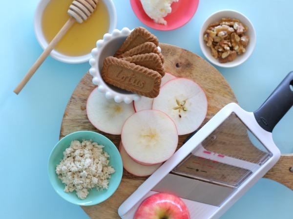 קינוח גלידה ותפוחים צרובים_קינוח של הרגע האחרון_קינוח לראש השנה_אירוח בסטייל (צילום: טליה הדר)