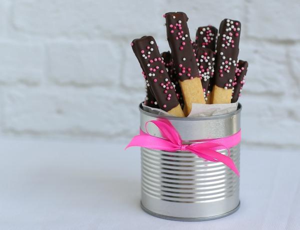 מקלות שוקולד מקושטים_מקלות מתוקים מצופים_קל להכין מבצק מוכן_אירוח בסטייל_צילום ומתכון: טליה הדר אשת סטייל