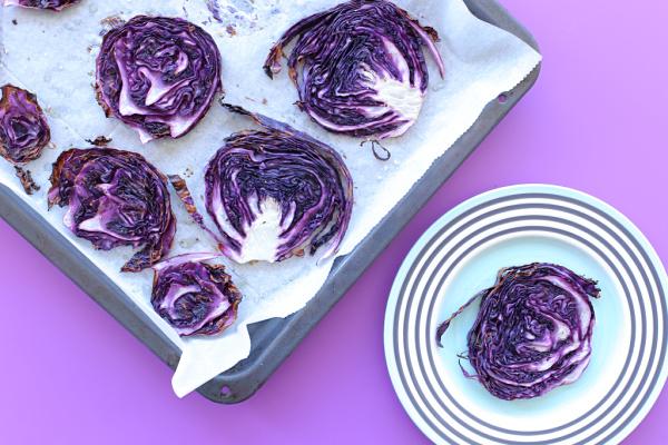 כרוב סגול בתנור - רעיון למנה ראשונה בריאה וצבעונית_ אירוח בסטייל_ צילום ומתכון: טליה הדר