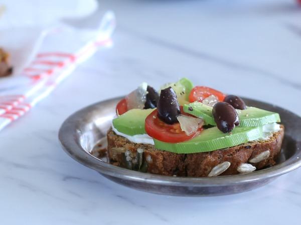 כריך אבוקדו פתוח על לחם עגבניות מיובשות ביתי מקמח כוסמין - מה עוד יכול האדם לבקש - אירוח בסטייל_צילום ומתכון: טליה הדר_אשת סטייל