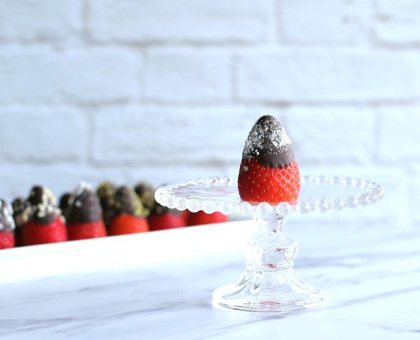 תותים מצופים בשוקולד ופינוקים_יום האהבה_אירוח בסטייל_צילום ומתכון: טליה הדר מהבלוג אשת סטייל