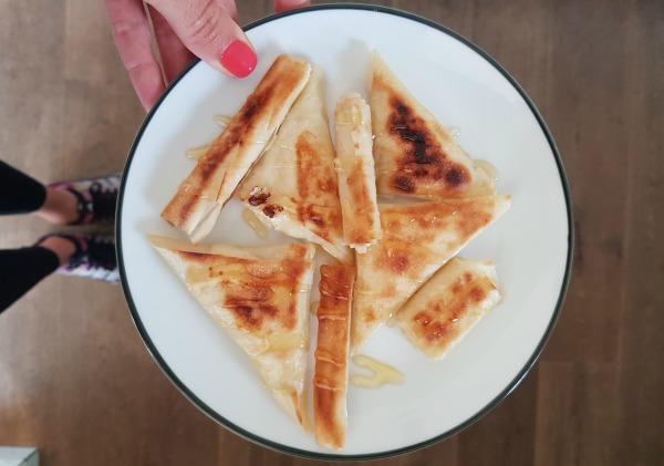 משולשי פילו במילוי גבינה עם זילוף של דבש_מתכון קל_אירוח בסטייל_טליה הדר