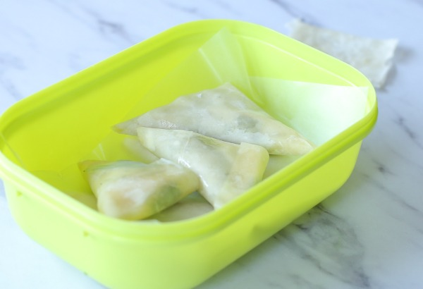 איך מכינים משולשי פילו עם גבינה  איך מקפלים בצק למשולש_מתכון פשוט_אירוח בסטייל_צילום ומתכון: טליה הדר